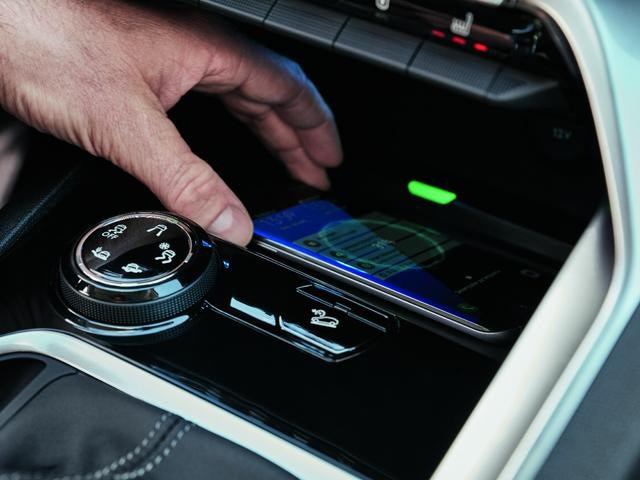 /image/46/6/new-3008-suv-smartphone-charging-plate.338466.jpg